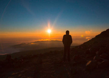 Sonnenuntergang über den Wolken am Krater des Kilimanjaro