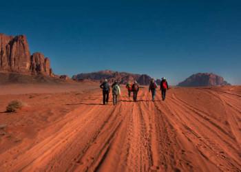 Zu Fuß im Wadi Rum