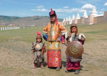 Einheimische in traditioneller Tracht