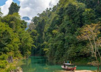 Idyllische Fahrt über den Cheow Lan