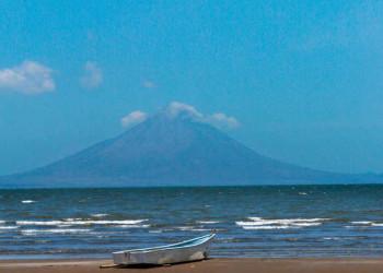Blick über den Nicaraguasee auf die Insel Ometepe mit dem Vulkan Concepción