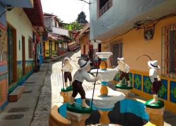 Brunnen im bunten Guatapé