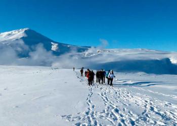 Wandergruppe auf dem Rückweg von den Thermalquellen