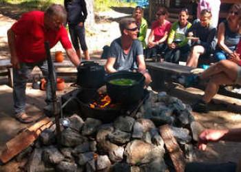 """Zubereitung der """"Kalakeitto"""" – einer traditionelle Fischsuppe"""