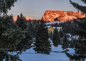 Sonnenuntergang im verschneiten Montenegro