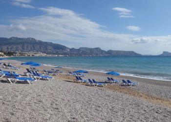 Strand mit Sonnenliegen