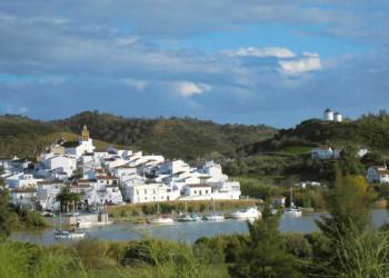 Blick von Alcoutim auf den Rio Guadiana und auf Sanlúcar del Guadiana