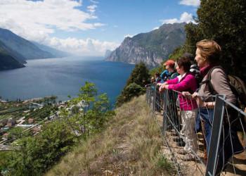 Wanderer mit Blick auf den Gardasee
