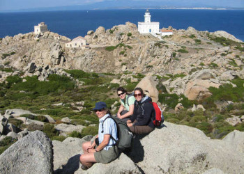 Wanderer am Capo Testa, im Hintergrund Korsika