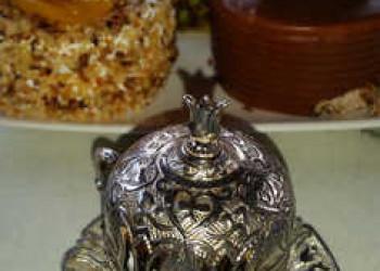 Süße Köstlichkeiten mit einem Mokka, serviert in einer Tasse mit Deckel