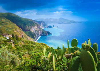 Blick auf die Küste von Lipari und Vulcano im Hintergrund