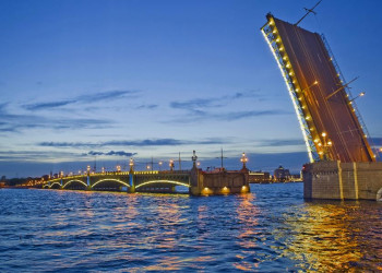 Newa-Brückenöffnung während der Weißen Nächte