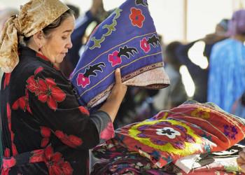 Frau mit Stoffen Urgut Bazar Samarkand Usbekistan