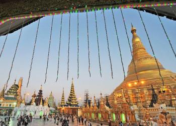 Stimmungsvoll: die Shwedagon-Pagode in Yangon in der Abenddämmerung