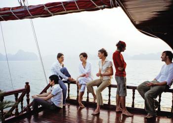 Auf einer Dschunke in der beeindruckenden Halongbucht in Vietnam