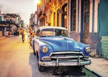 Ein Oldtimer Chevrolet Bel Air in der Altstadt von Havanna