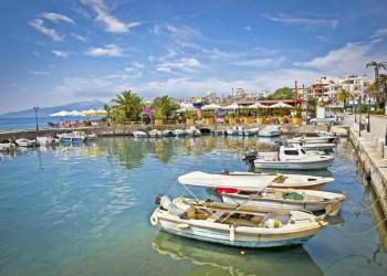 Der Hafen von Saranda an der Küste Albaniens