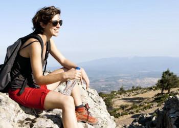 eine junge Frau beim Wandern in Korsika