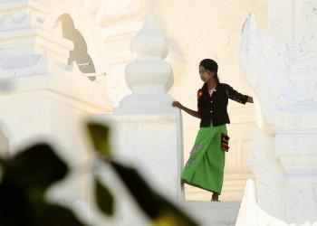 Junge Frau an der Hisinbyume-Pagode in Mingun