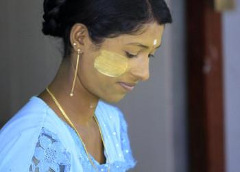 Junge Birmanin mit Thanaka-Paste