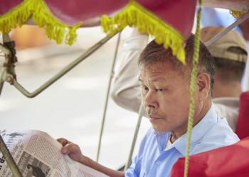 Ein vietnamesischer Rikschafahrer wartet auf Kundschaft