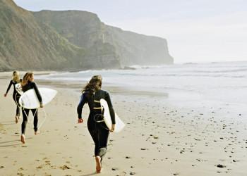 Surferinnen an Portugals Atlantikküste