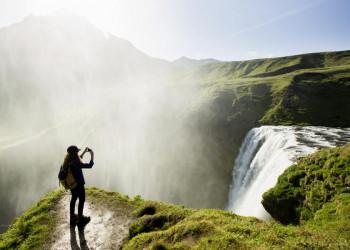 Einmal in der Gischt eines isländischen Wasserfalls stehen!