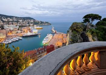 Blick auf den Hafen von Nizza und die Cote d'Azur