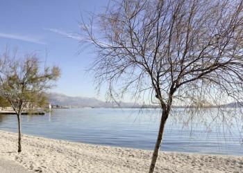 Strand und Berge prägen die Küste Dalmatiens