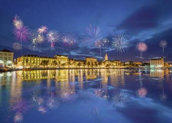 Frohes neues Jahr - mit einem Feuerwerk über der Altstadt von Split