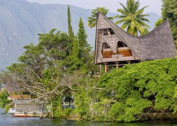 Batak-Häuser am Tobasee in Indonesien