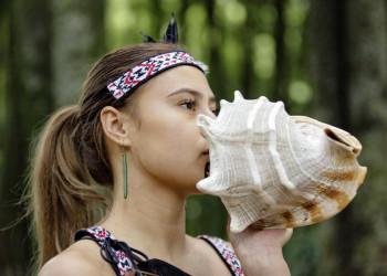 Maori Mädchen mit Muschelhorn