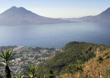 Blick auf Panajachel und den Atitlánsee in Guatemala