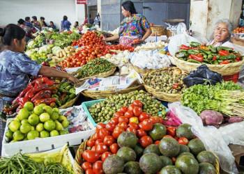 Markstand mit Gemüse und Obst in Guatemala