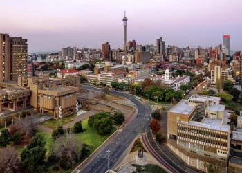 skyline von Johannesburg mit seinem Wahrzeichen, dem Telkom Joburg Tower