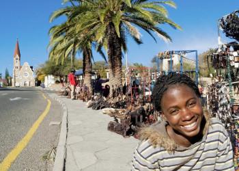 Junges Mädchen auf einem Handwerksmarkt