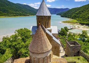 Klosterfestung Ananuri im Großen Kaukasus in Georgien