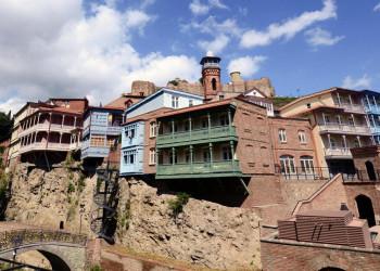 Terrassenhäuser in Tiflis am Fluss Kura