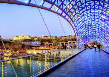Moderne Friedensbrücke in Tiflis