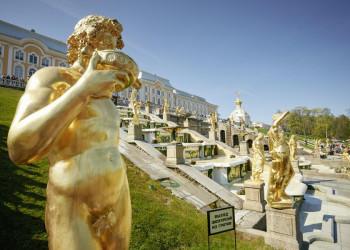 Die prachtvolle Kaskadentreppe von Peterhof