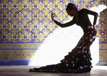 Eine spanische Flamencotänzerin vor andalusichen Kacheln