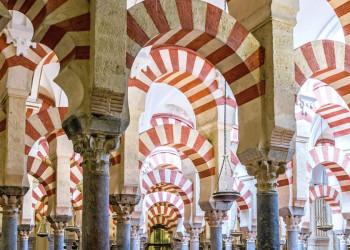 Hufeisenbögen in der Bethalle der Mezquita in Córdoba