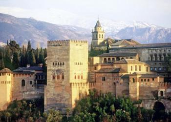 Alhambra in Granada vor der schneebedeckten Sierra Nevada