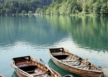 Boote am Ufer des Bleder Sees in Slowenien