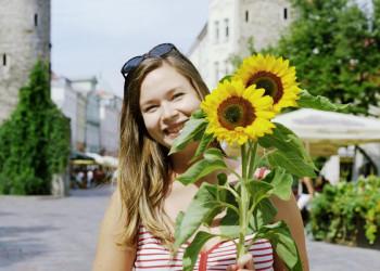 Estin mit Sonnenblumen