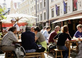 Restaurantterrasse am Domplatz von Riga