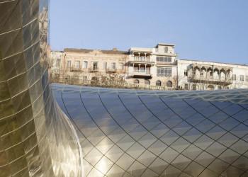Moderne Architektur und alte Häuser in Tiflis