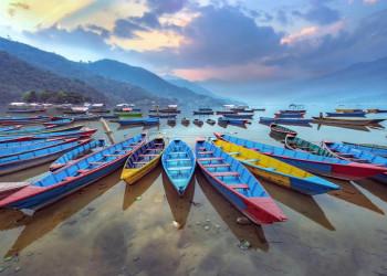 Boote am Ufer des Phewasees bei Pokhara, Nepal