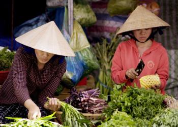 Frisches Obst und Gemüse auf einem Markt in Vietnam