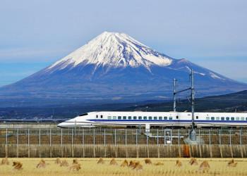 Shinkansen vor der Kulisse des Fuji